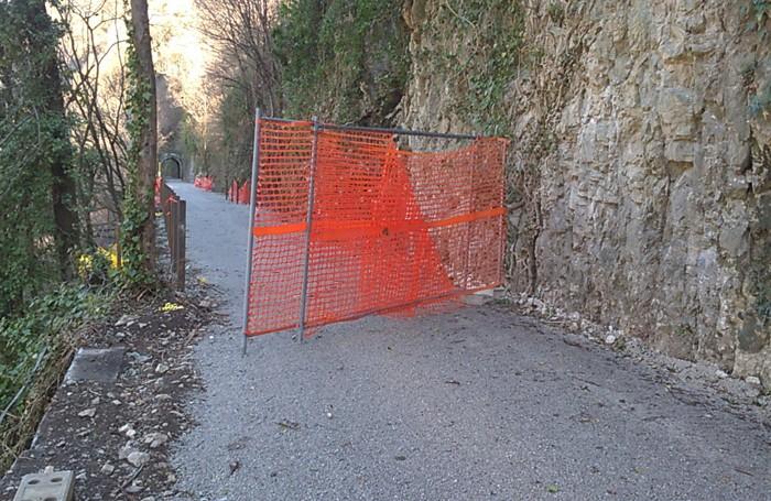 Atti vandalici sulla ciclabile della Valle Brembana