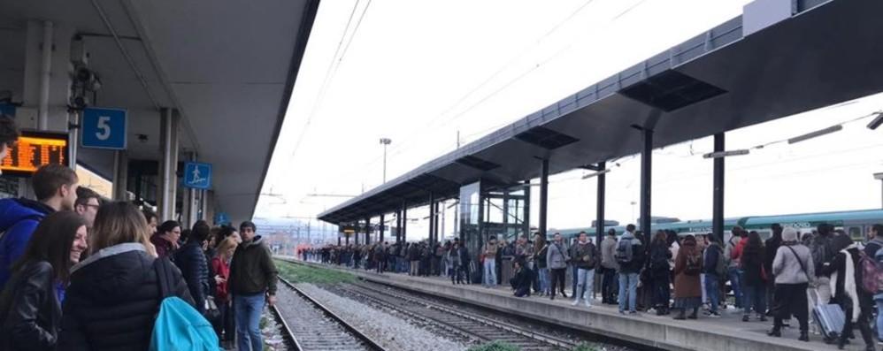 Passaggio a livello rotto a Montello Ritardi a catena per i pendolari