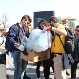 Gli studenti ripuliscono le stazioni Continua la lotta di «Fridays for future»