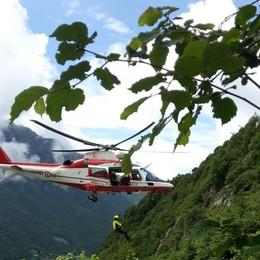 Cane precipita nel burrone Salvato dall'elicottero dei pompieri