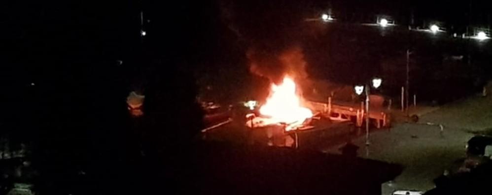 Fiamme a Predore nella notte - Foto Due barche distrutte nel porto - Video