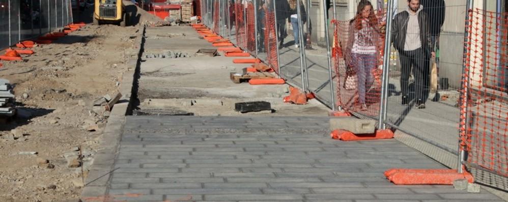 Via Tiraboschi, avanti con i lavori I marciapiedi prendono forma