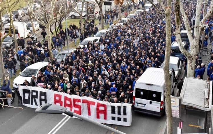 Atalanta, tifosi in corteo: «Ora basta!!!» Primi dieci minuti di gara senza tifo -Video