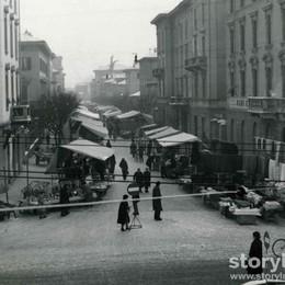 Quei lunedì al mercato in via Paglia Una foto ci porta indietro di mezzo secolo