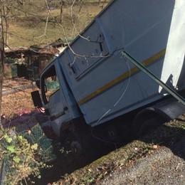 Camion dei rifiuti fuoristrada - Foto Rota Imagna, arriva l'elicottero