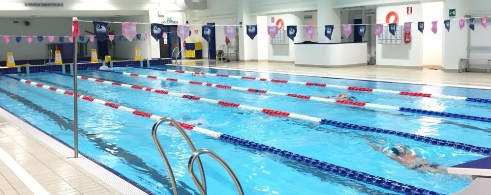 Si sente male mentre nuota in piscina Calusco, 58enne salvato da due istruttori
