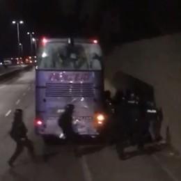 Firenze, assedio della polizia a un terzo pullman di tifosi
