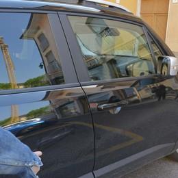 Truffa dello specchietto a Bergamo 84enne raggirato, via 400 euro
