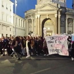 Bergamo in marcia per i diritti delle donne In centinaia alla manifestazione in centro