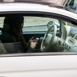Cellulare alla guida, scatta la linea dura I vigili con l'auto in «borghese»: 18 multe