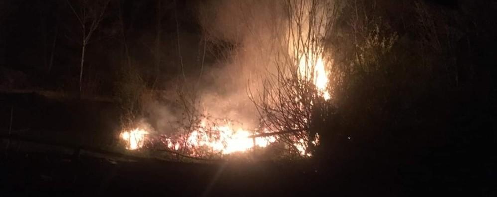 Lombardia, allarme rosso incendi -Foto Bruciano due boschi in Val Seriana