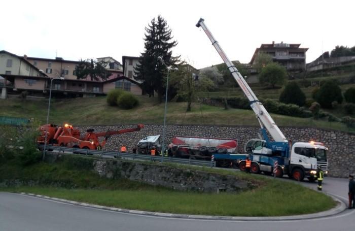 La gru intervenuta per rimettere in strada il tir rovesciato a Almenno San Salvatore