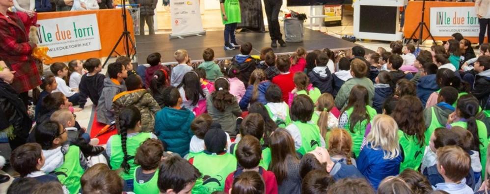 Cartolandia, festa per 1.200 bimbi Piccoli giornalisti web con L'Eco