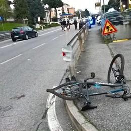 Due ciclisti travolti sulla Briantea Un morto e uno in gravi condizioni