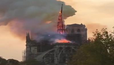 L'incendio a Parigi, brucia la cattedrale di Notre Dame, caduta la guglia