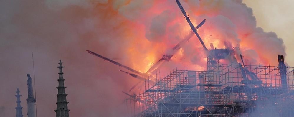 Parigi, terrificante incendio a Notre Dame Crollati guglia e tetto, salva la struttura- Foto e Video