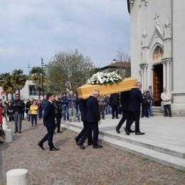 «Ciao papà, non ti dimenticherò mai» Chiesa gremita per i funerali di Maurizio