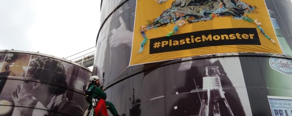 Greenpeace alla Sanpellegrino - Foto Manifestazione pacifica contro la plastica