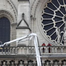 Notre-Dame, volta centrale crollata - Foto Salvati la struttura, la facciata e i tesori
