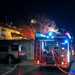 Prende fuoco tetto in zona Sant'Anna Cinque squadre dei pompieri in azione