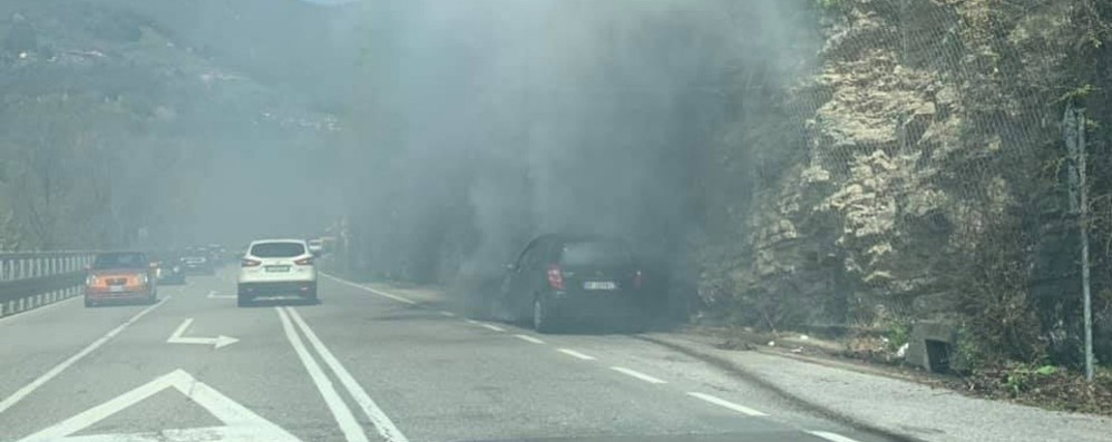 Botta di Sedrina, auto in fiamme Code in entrambe le direzioni