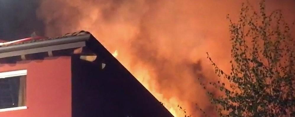 Brucia un tetto in centro città Famiglia in salvo, casa inagibile