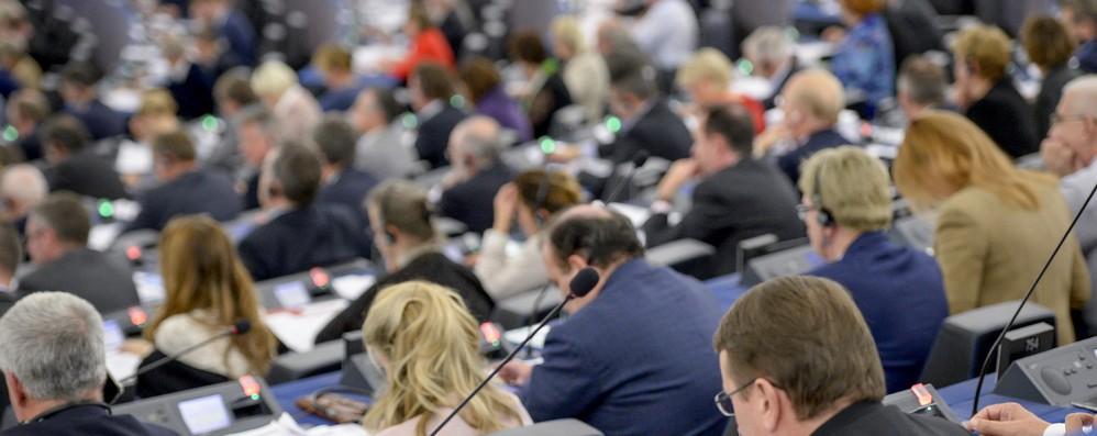 Parlamento Ue vara stretta sulla formazione dei gruppi politici