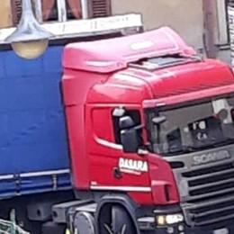 Gandino, autista maldestro Camion incastrato fra le case