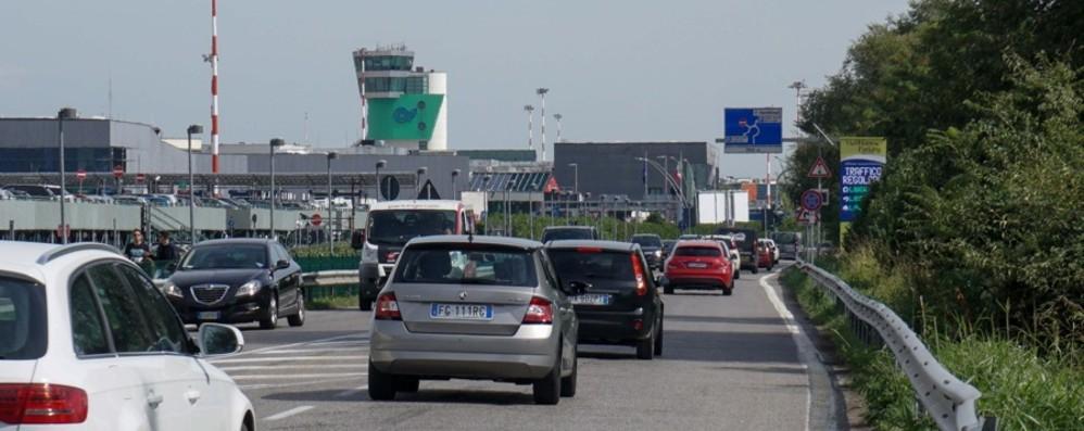Strada per  l'aeroporto, sosta selvaggia  Ad aprile raffica  di multe