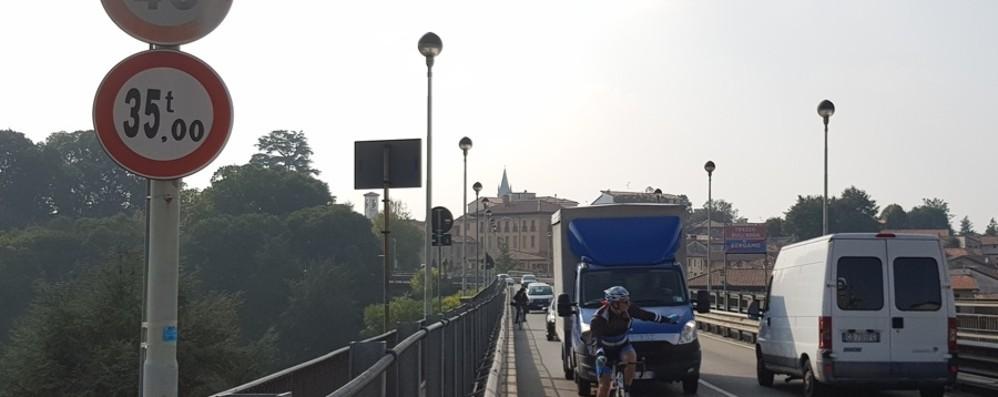 Trezzo, giunti da sostituire Chiude il ponte sul fiume Adda