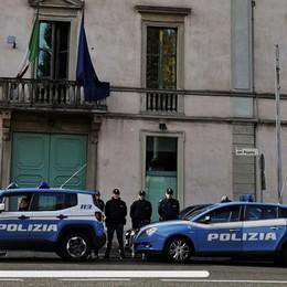 28enne scaglia bicicletta contro gli agenti Irregolare e con 4 alias, espulsione diretta