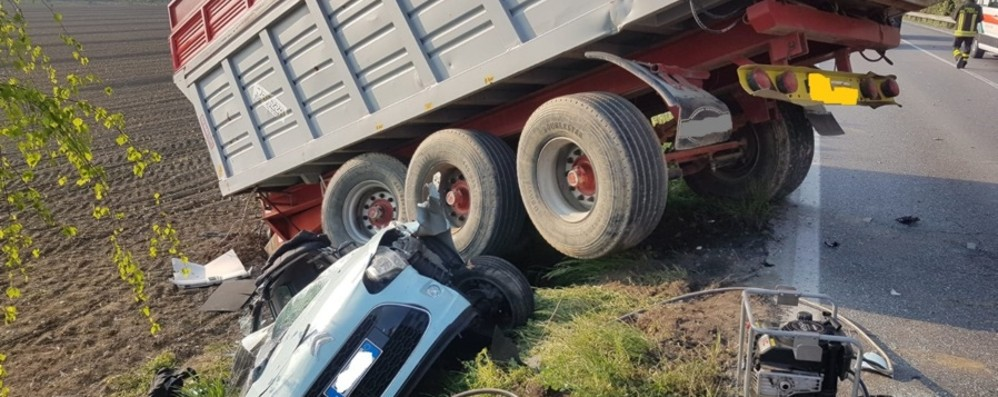 Pauroso schianto sulla Soncinese -Foto Rimorchio si sgancia e schiaccia auto