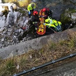 Val Taleggio, disarcionato dalla moto Finisce nel torrente, grave 30enne