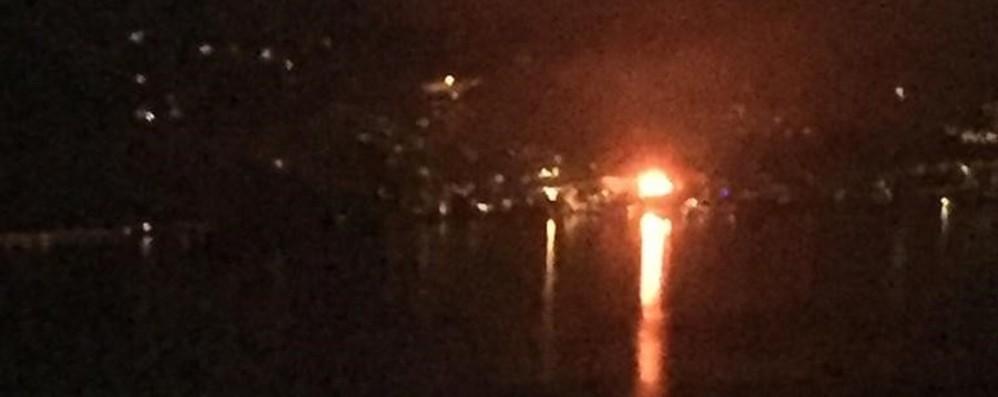 Fiamme alte 20 metri nella notte sul lago A Marone brucia azienda tessile - Video