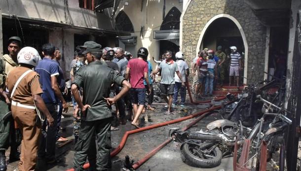 Sangue in Sri Lanka: oltre 200 morti Otto esplosioni. La preghiera del Papa