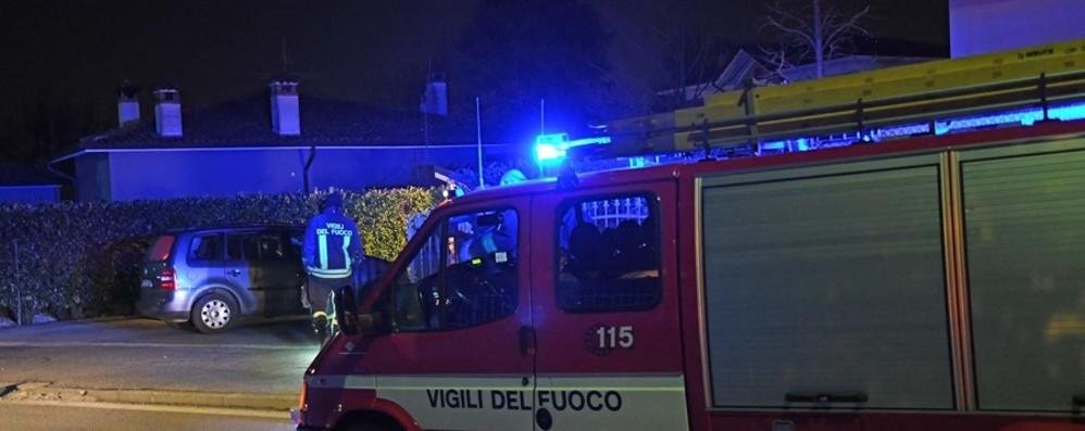 Sovere, brucia il tetto di una villa Pompieri in azione, famiglie in salvo