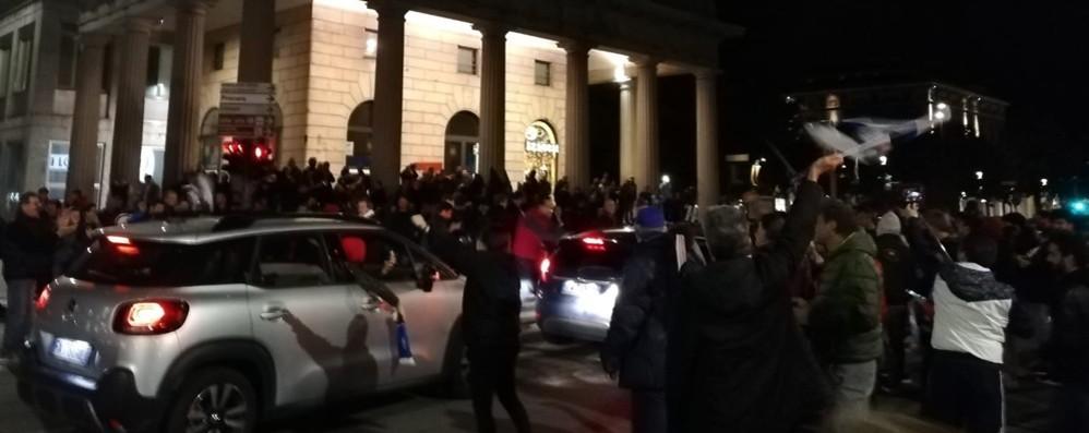 Atalanta, è festa dentro e fuori dallo stadio Caroselli di tifosi in centro. Diretta di Bergamo Tv