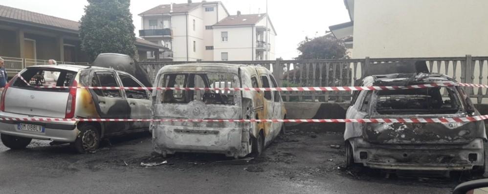 Pontirolo, fiamme in via Europa Nella notte bruciate tre auto