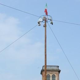 Torna il palo della cuccagna a Bergamo Piazza Pontida, domenica gara a squadre