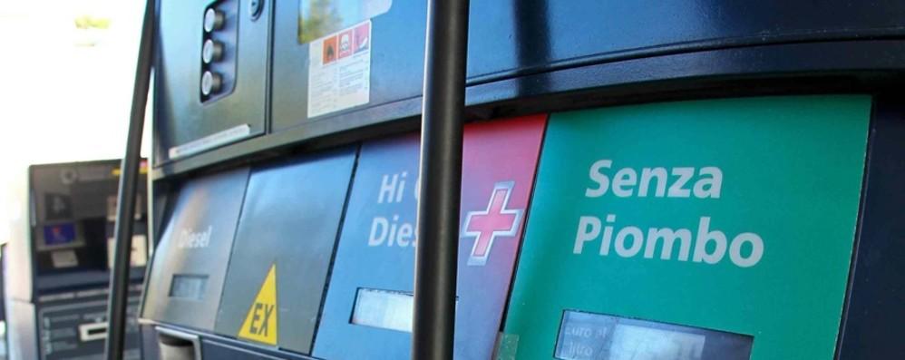 Benzina più cara Crisi e guadagni