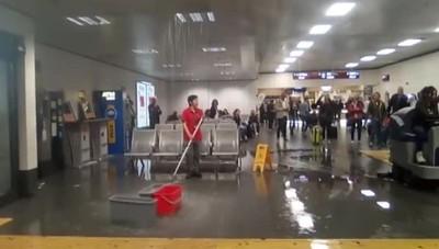 Maltempo, vento rompe collettore di acqua piovana, si allaga area arrivi dell'aeroporto