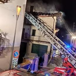 Romano, incendio in una mansarda Brucia il tetto, evacuate dieci persone