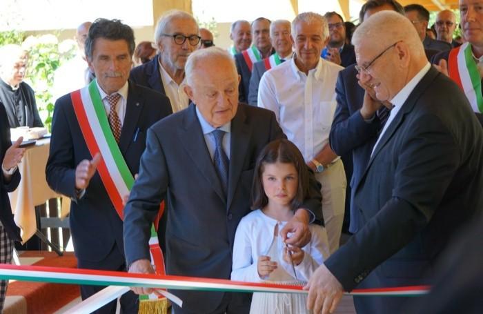Piero Busi (in prima fila con la bimba):  taglio del nastro del «Giardino sensoriale» alla casa di riposo «Don Palla» a Piazza Brembana