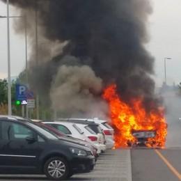 Macchina prende fuoco al Papa Giovanni Danneggiate cinque auto nel parcheggio
