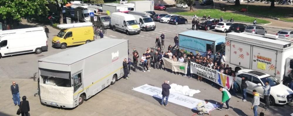 Trasloco del mercato, ambulanti in corteo    Federconsumatori critica con la protesta