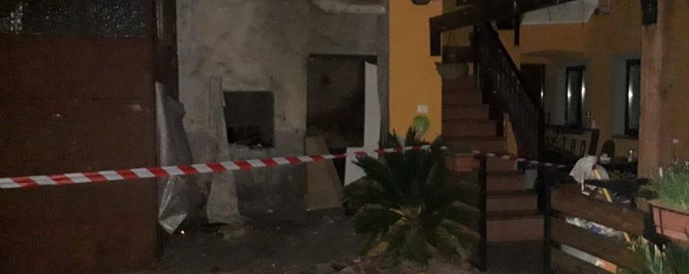 Dalmine, crolla il tetto di una corte Undici persone fuori casa - Foto