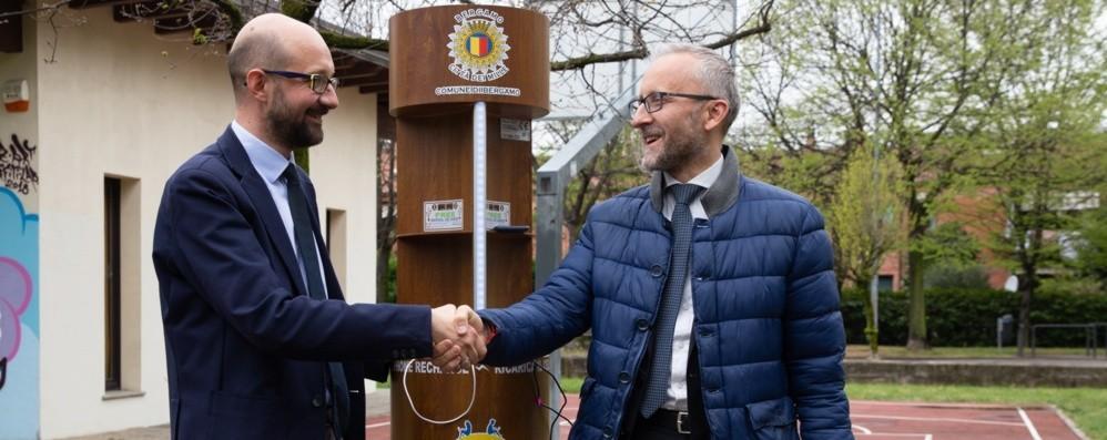 Al parco si attacca il telefono alla presa Nuove isole digitali a Bergamo-Ecco dove