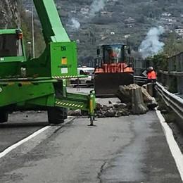 Riva di Solto, ancora un masso  Lavori al via, litoranea chiusa per frana