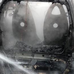 Brucia una Smart sulla superstrada Alzano-Nembro, foto e video delle fiamme