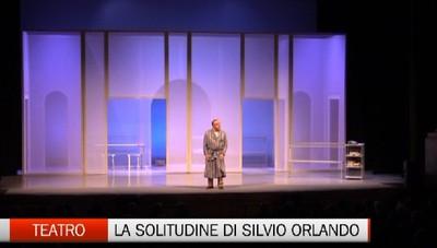 «Cosa si nota all'imbrunire» al Sociale  con la tragicomica solitudine di Orlando